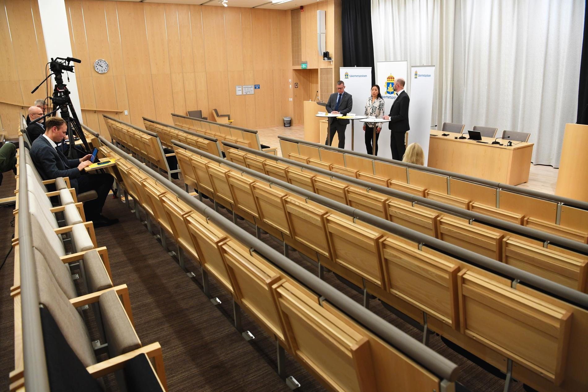 Säpo, med bland andra myndighetens chef Klas Friberg (till vänster), presenterar sin årsrapport på en pressträff som i coronakrisen kunde följas via videolänk.