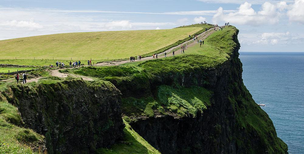 Ta en vandringssemester på Irland och njut av dramatsiska landskap.