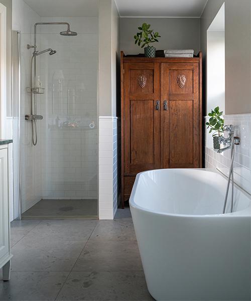 Det gedigna Blocketfyndade skåpet är som gjutet för badrummet på övre plan. Taklampa, Sekelskifte. Takduschset, Ikea, badkar, Bathlife.