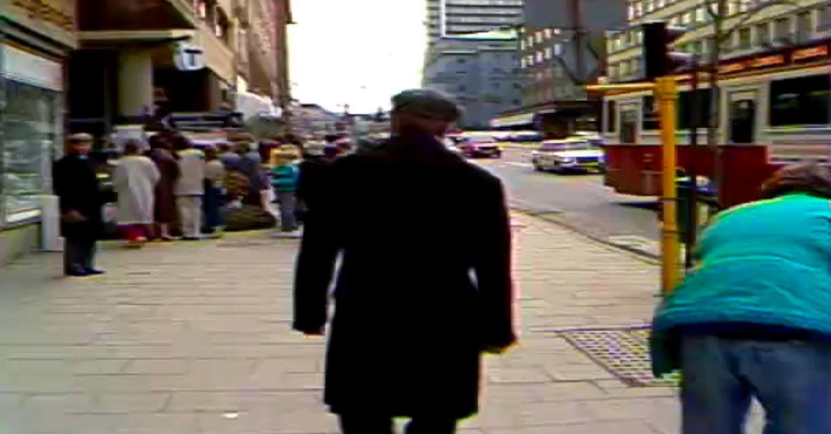 Stig Engström besöker mordplatsen i ett nyhetsinslag i SVT.