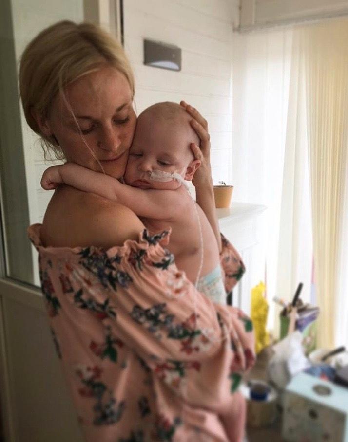 Elliot drabbades av syrebrist och fick omfattande hjärnskador vid förlossningen. Han blev drygt ett år. Mamman Johanna Adolfsson anser att det är en seger i sig att hans fall prövades i domstol och att flera fel har erkänts.