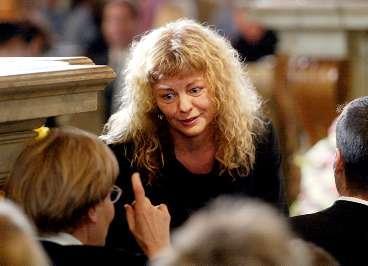 """DU FATTAS OSS, ASTRID Inger Nilsson, hela världens Pippi Långstrump, samtalar med Astrid Lindgrens dotter Karin Nyman. Inger NIlsson var orolig för hur det skulle gå att hålla tal. Tårarna flödade under gudstjänsten i den fullsatta kyrkan. """"Det gick bra ända till slutet av talet, då blev det lite gråtigt. Men ska man gråta är det på begravningar man får göra det."""""""