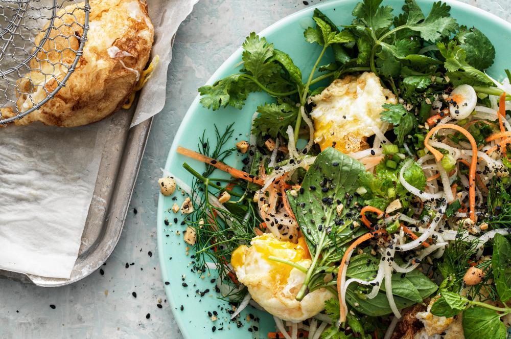 Thaiörtsallad med friterat ägg