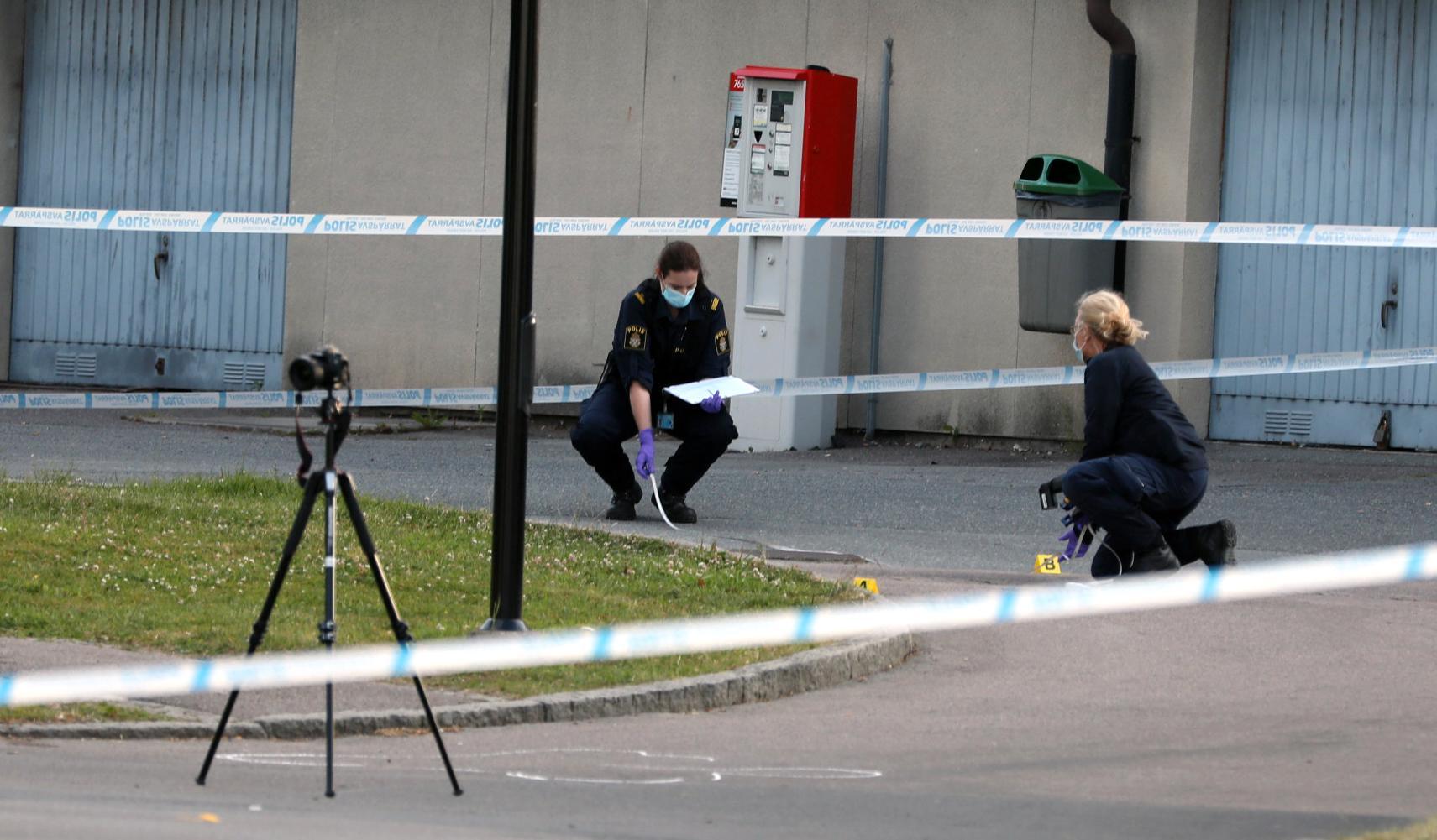 Polisens tekniker undersöker den plats där en polis sköts till döds i Biskopsgården i Göteborg.