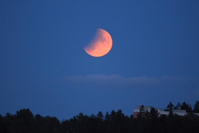 Över Tumba såg månförmörkelsen ut såhär.