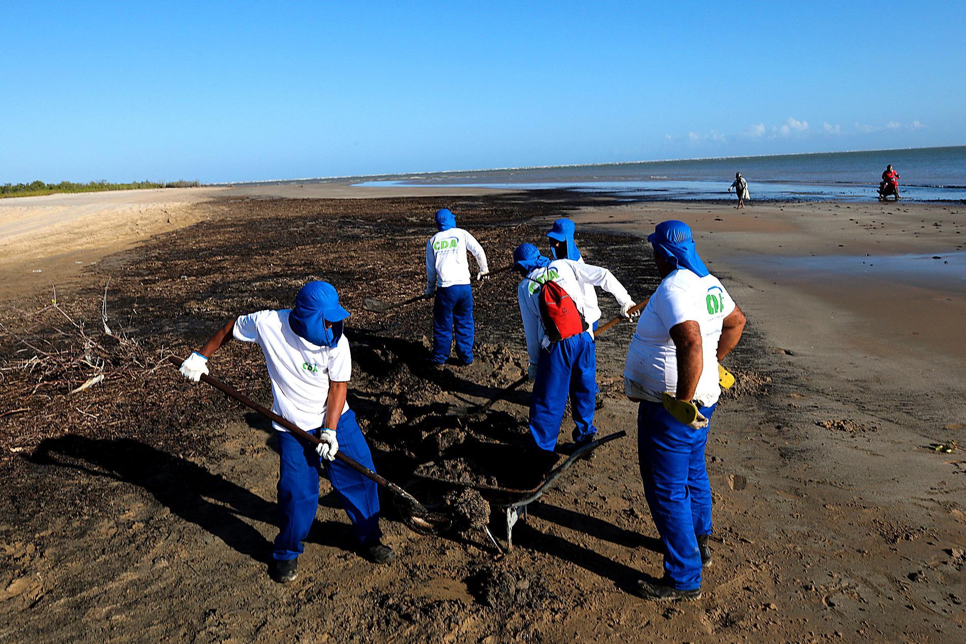 Olja städas bort från en strand vid kuststaden Aracaju i Brasilien, tidigare i oktober.
