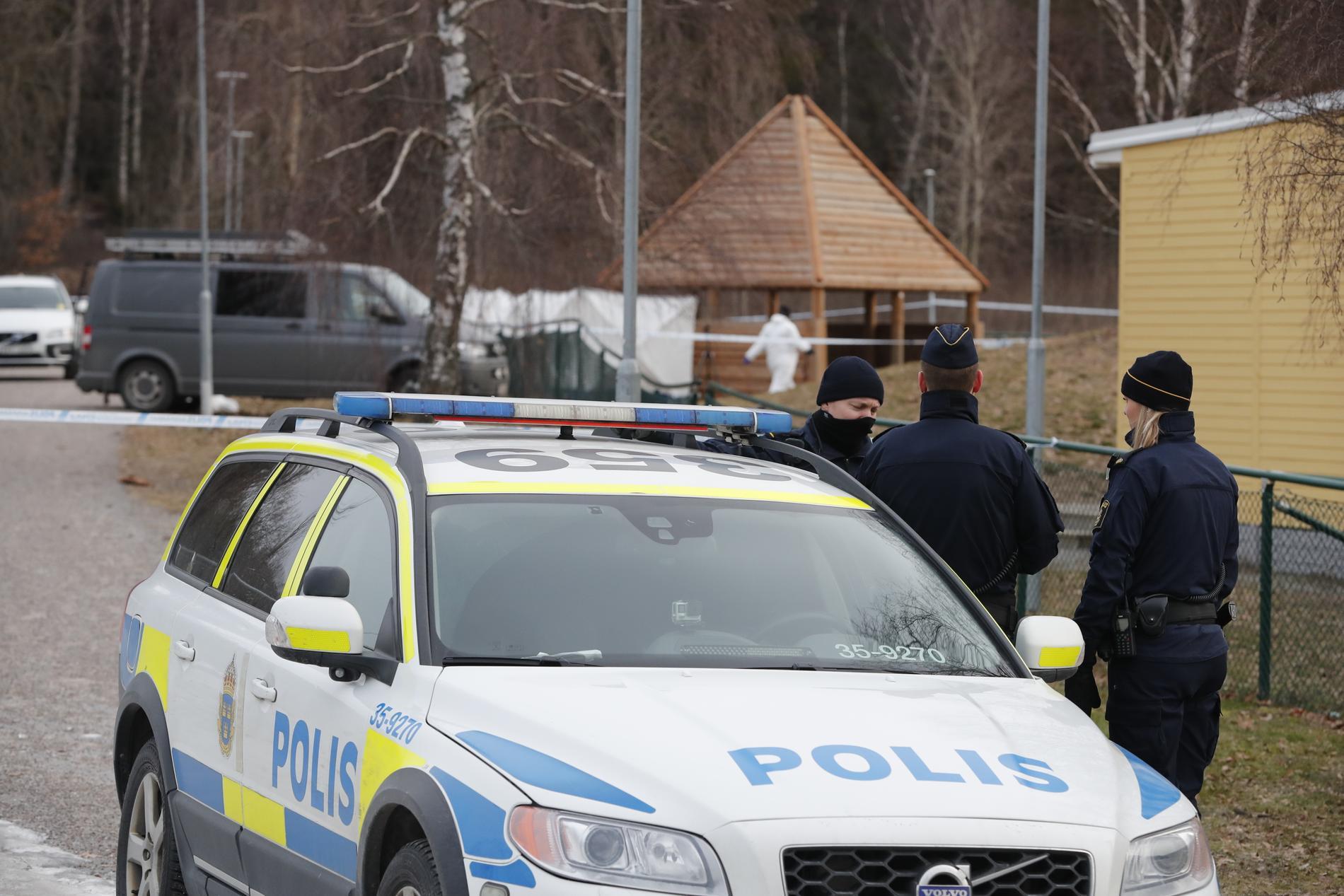 Två unga män sköts ihjäl i Bro, mellan Stockholm och Enköping, natten till torsdagen.