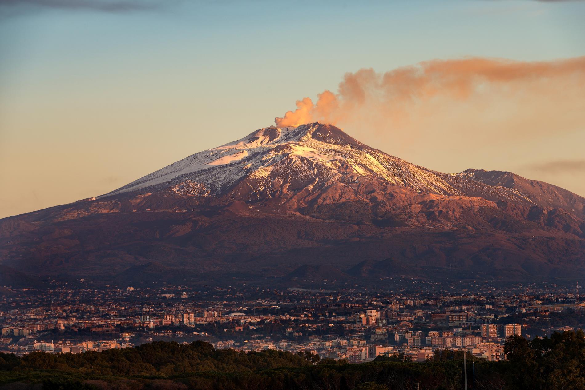 Vulkanen Etna är fortfarande aktiv, ändå är det möjligt att bestiga berget.