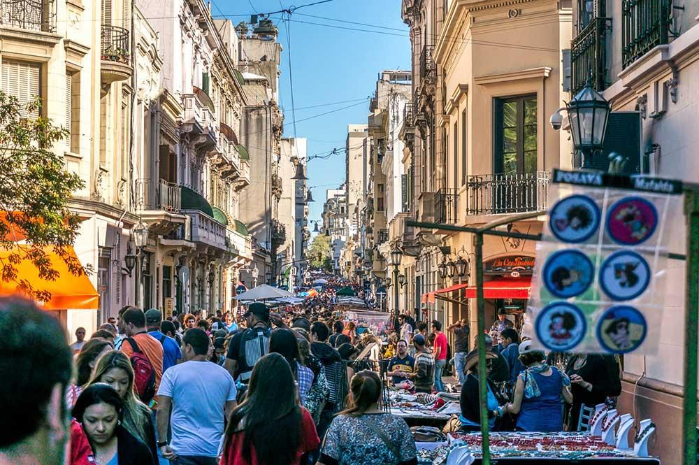 Livlig gata i Buenos Aires