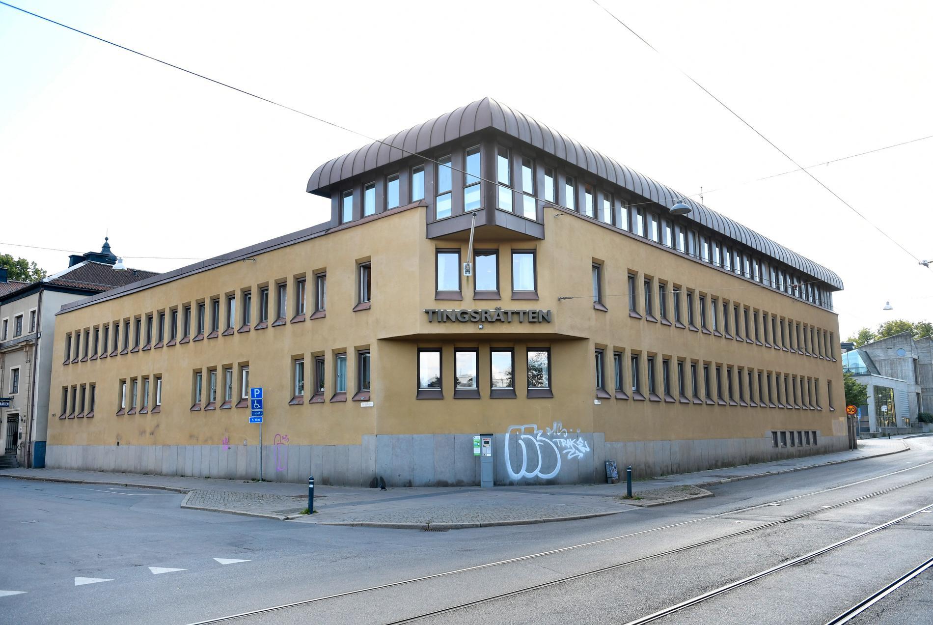 Två män åtalas för att ha kidnappat två yngre män i Norrköping och utsatt dem för våld och hot. Arkivbild av Norrköpings tingsrätt.