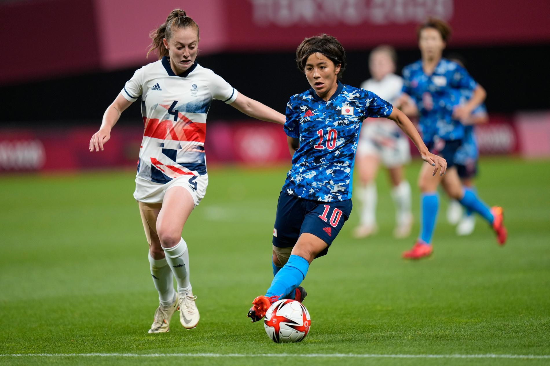 Storbritanniens Keira Walsh och Japans Mana Iwabuchi.
