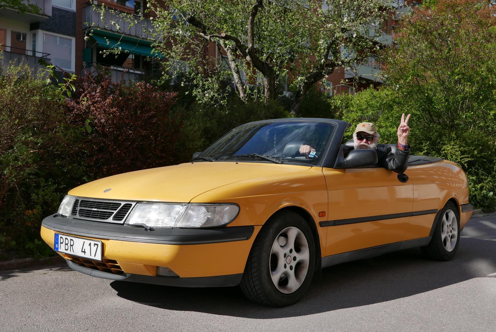 Krönikören i sin gula Saab.