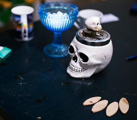 Askkoppen i fikarummet är formad som en dödskalle.