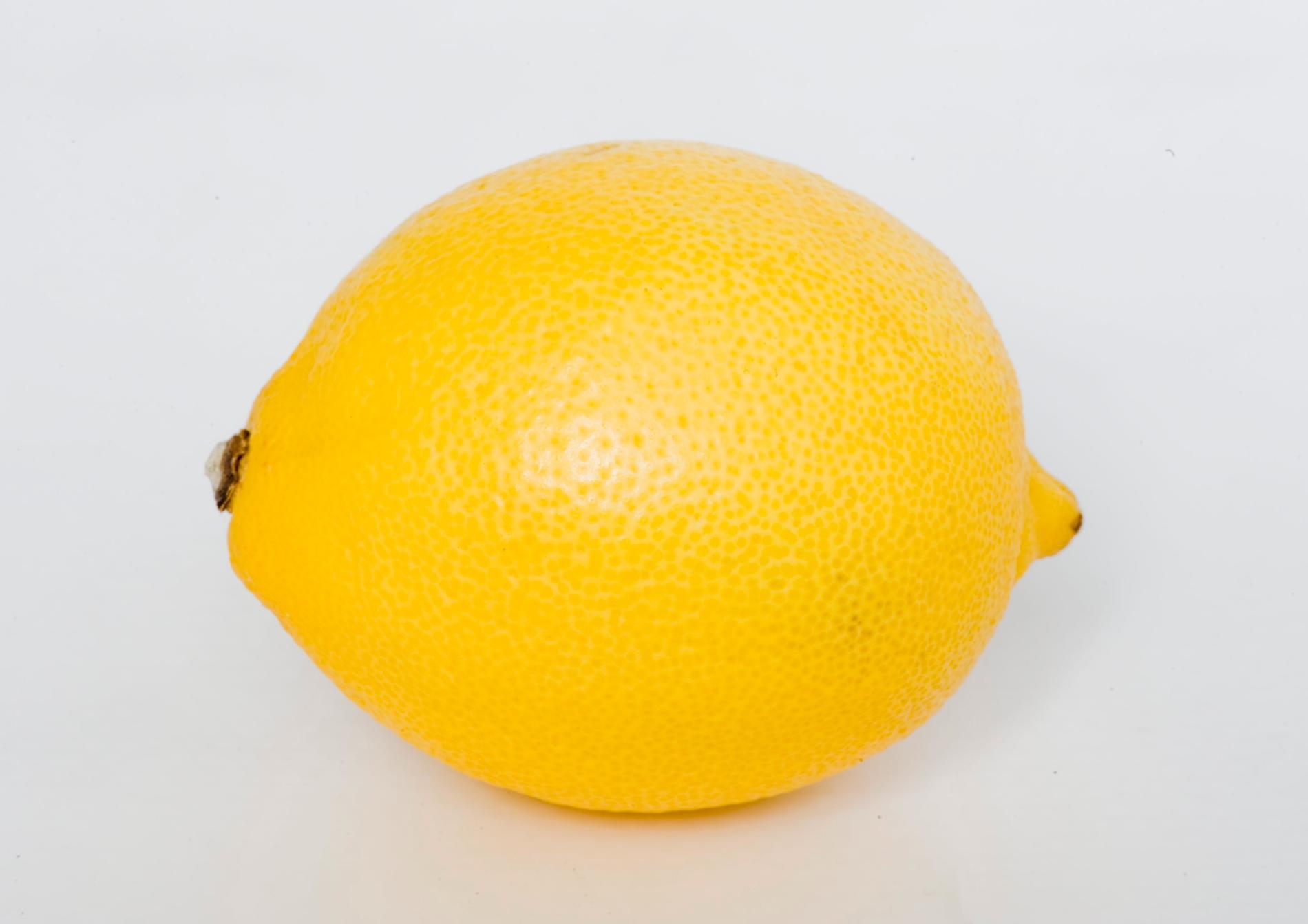 Fostret är ungefär lika stor som en citron.