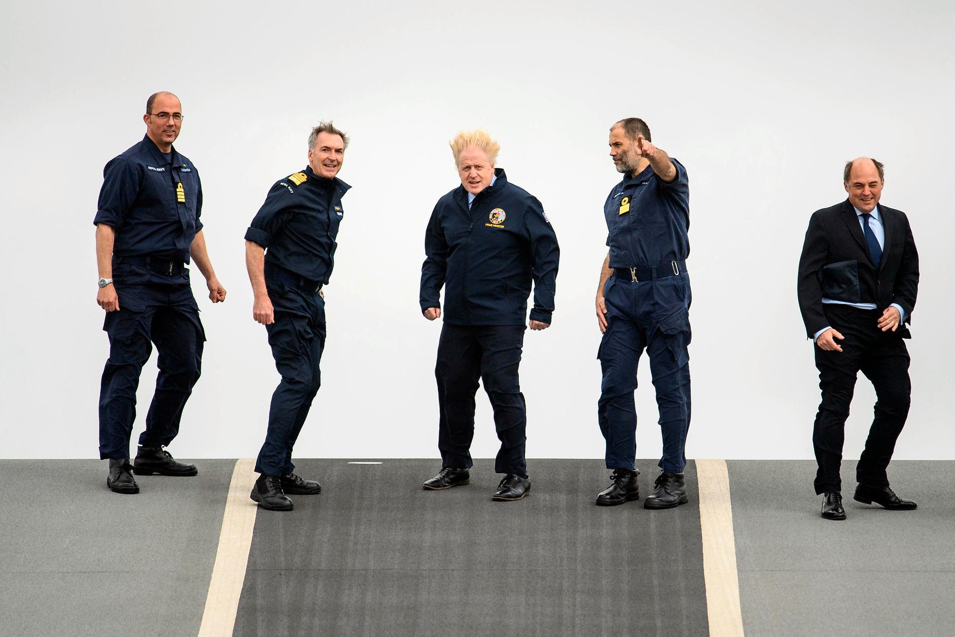 Från vänster: Kapten Angus Essenhigh, amiralenTony Radakin, premiärminister Boris Johnson, kommendören Steve Moorhouse och försvarsminister Ben Wallace.