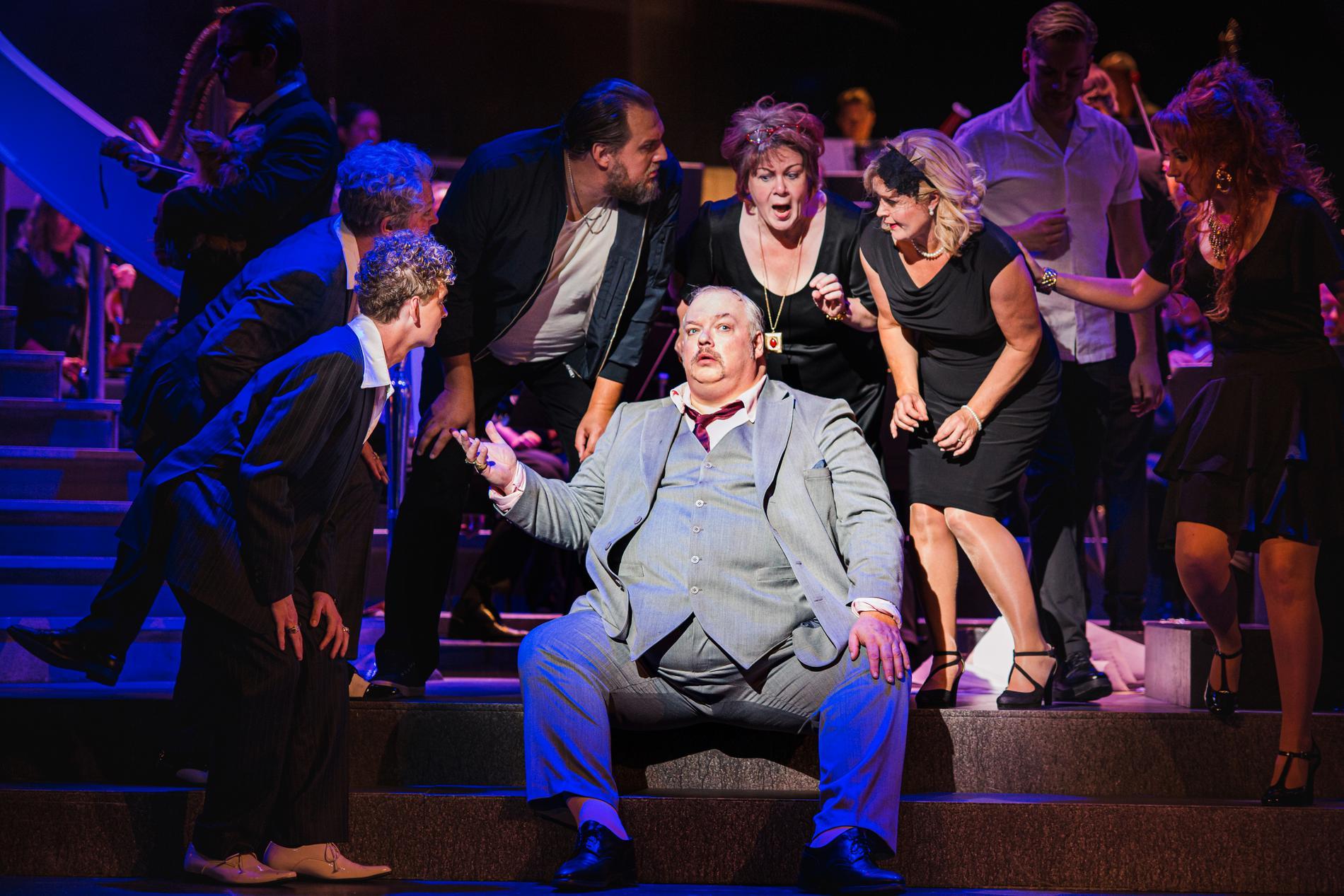 """Ensemblen på Wermland Opera runt Marcus Jupither som titelpersonen i Puccinis """"Gianni Schicchi""""."""