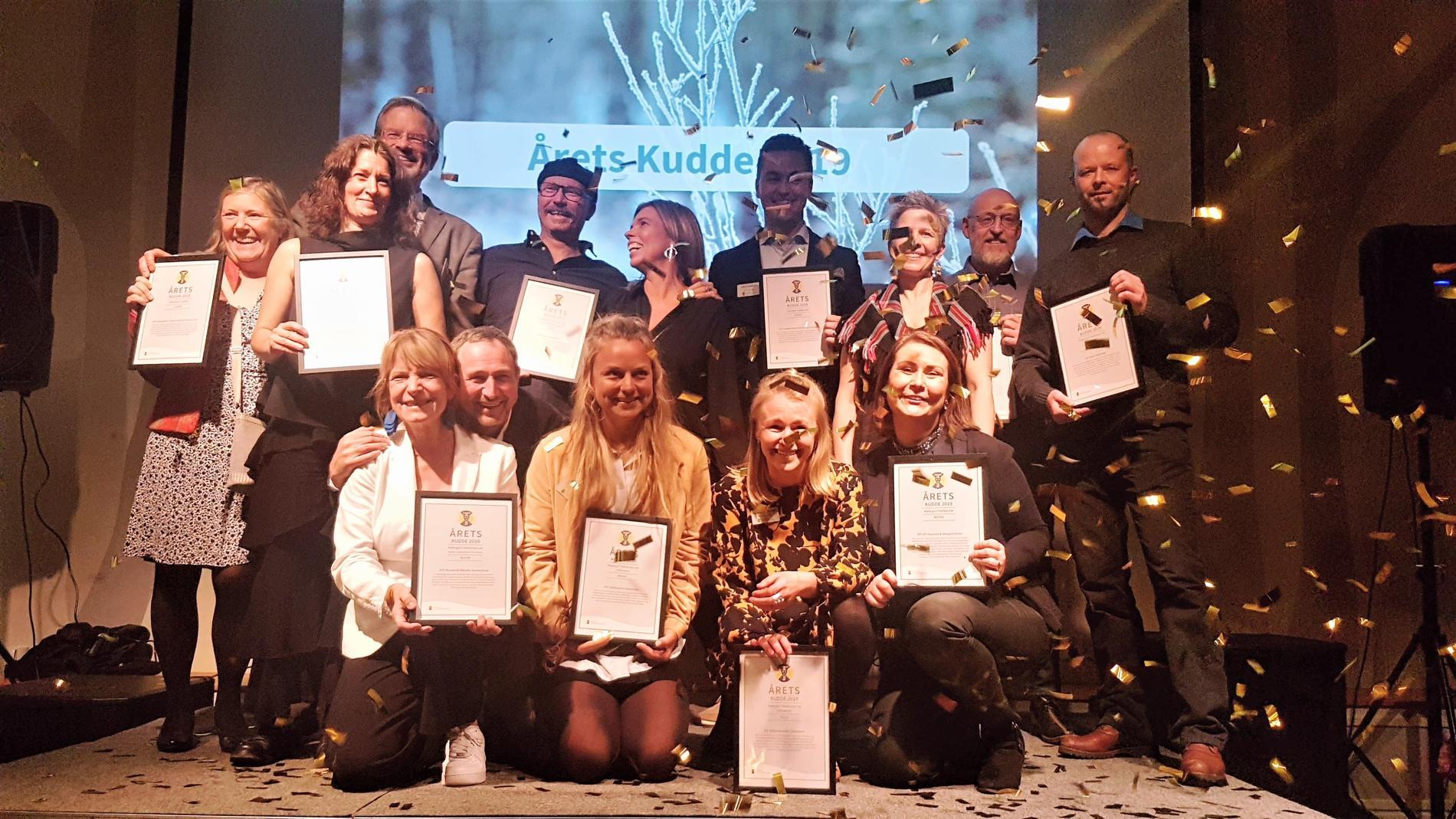 Här är vinnarna av Årets Kudde 2019. Övre raden: Agneta/STF Kungsgården Långvind, Cecilia/STF Nyrup Naturhotell, Jörgen/STF Kungsgården Långvind, Cesar & Klara/STF Möja Vandrarhem, Pontus/STF Långholmen, Cai, sa/STF Jokkmokk Åsgård, Andreas/STF Falun Vassbo, Johan/STF FjällstugorNedre raden: Sussi & Hans/STF Brantevik Råkulle Vandrarhem, Elin/STF Saltoluokta, Alexandra/STF Blåhammaren, Simona/STF af ChapmanSaknas på bilden är värdarna från; STF Ivögården Mat & Vingård, Skåne, STF Villa Söderåsen B&B, Skåne, STF Hemavans Fjällstation och STF Ammarnäs Vandrarhem som inte kunde närvara.