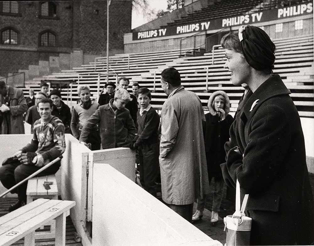 Prinsessan Birgitta och Sven Tumba vid en ishockeymatch 1958.