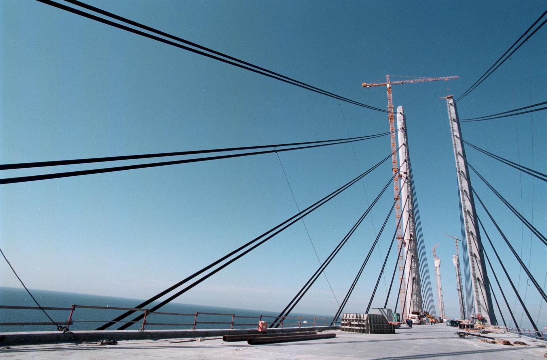 Öresundsbron under konstruktion 1999. En framtidsbild av hur det kan komma att se ut i Umeå.