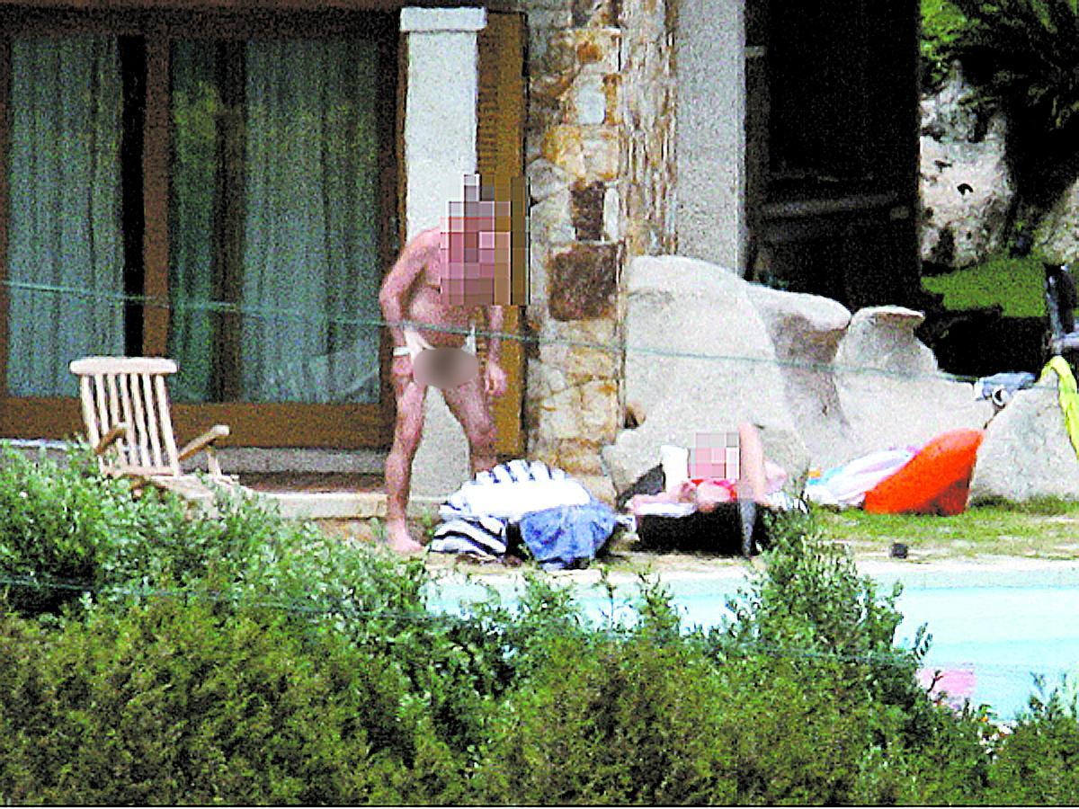 nakenbad Bilderna visar Topolánek tillsammans med mer eller mindre avklädda unga kvinnor. I Italien utreder man nu om hans värd Berlusconi använt regeringsplanet för att transportera sina gäster till villan på Sardinien.