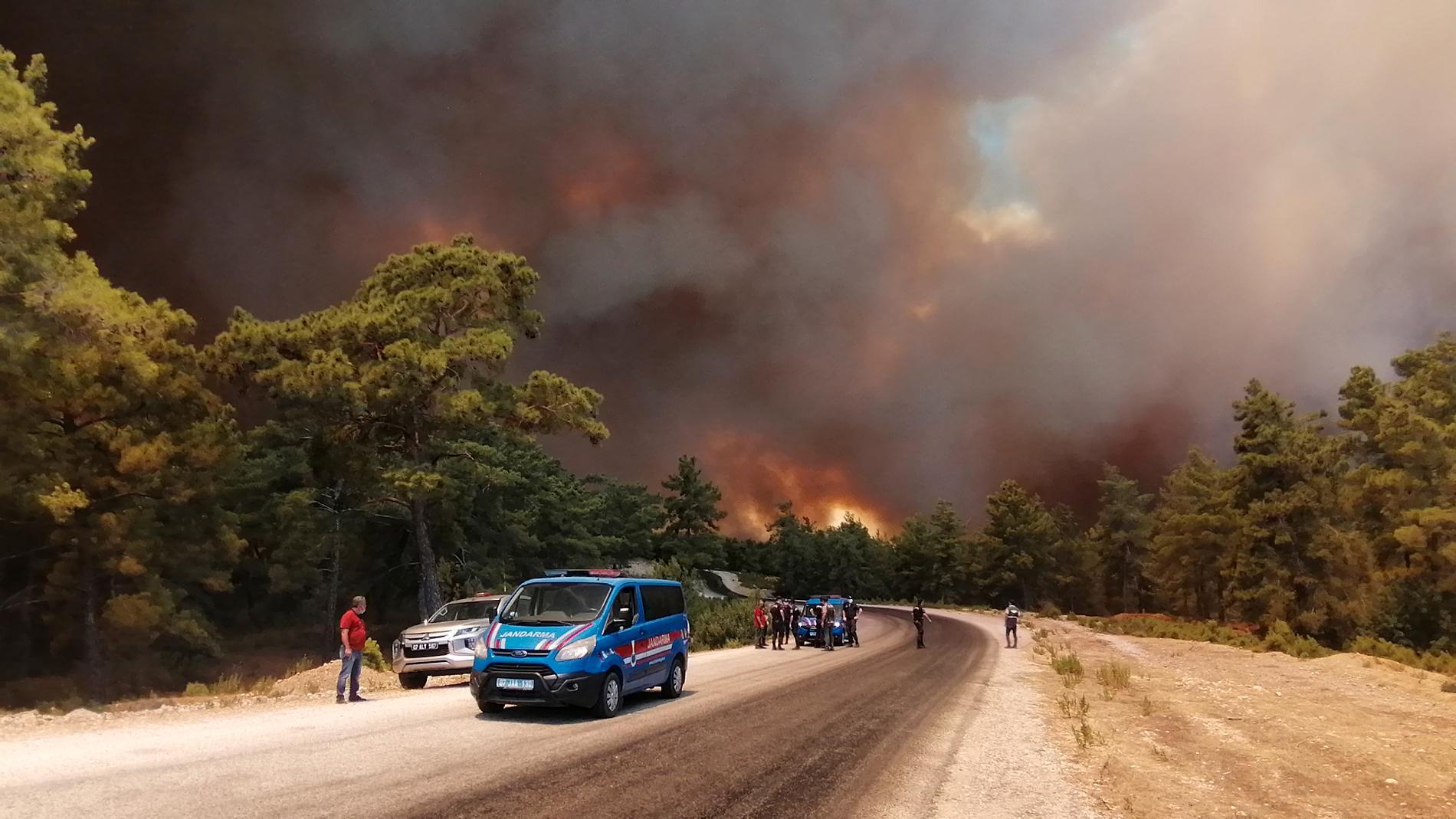 En våldsam skogsbrand härjar nära turistorten Manavgat i södra Turkiet.