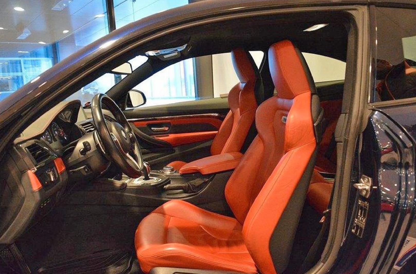 En av de bilar som stals hade en mycket speciell färg på skinnstolarna.