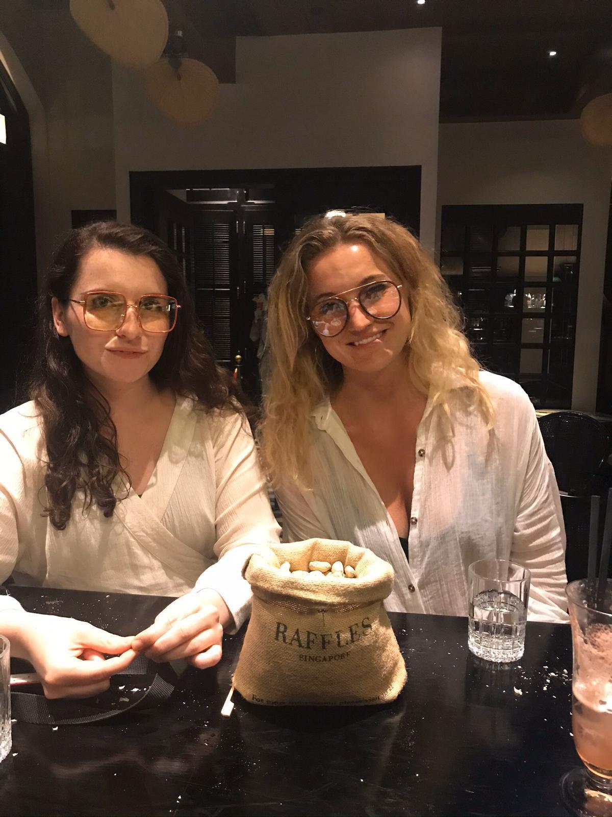 Vännerna Dina och Julia i baren i Singapore – där allt började.