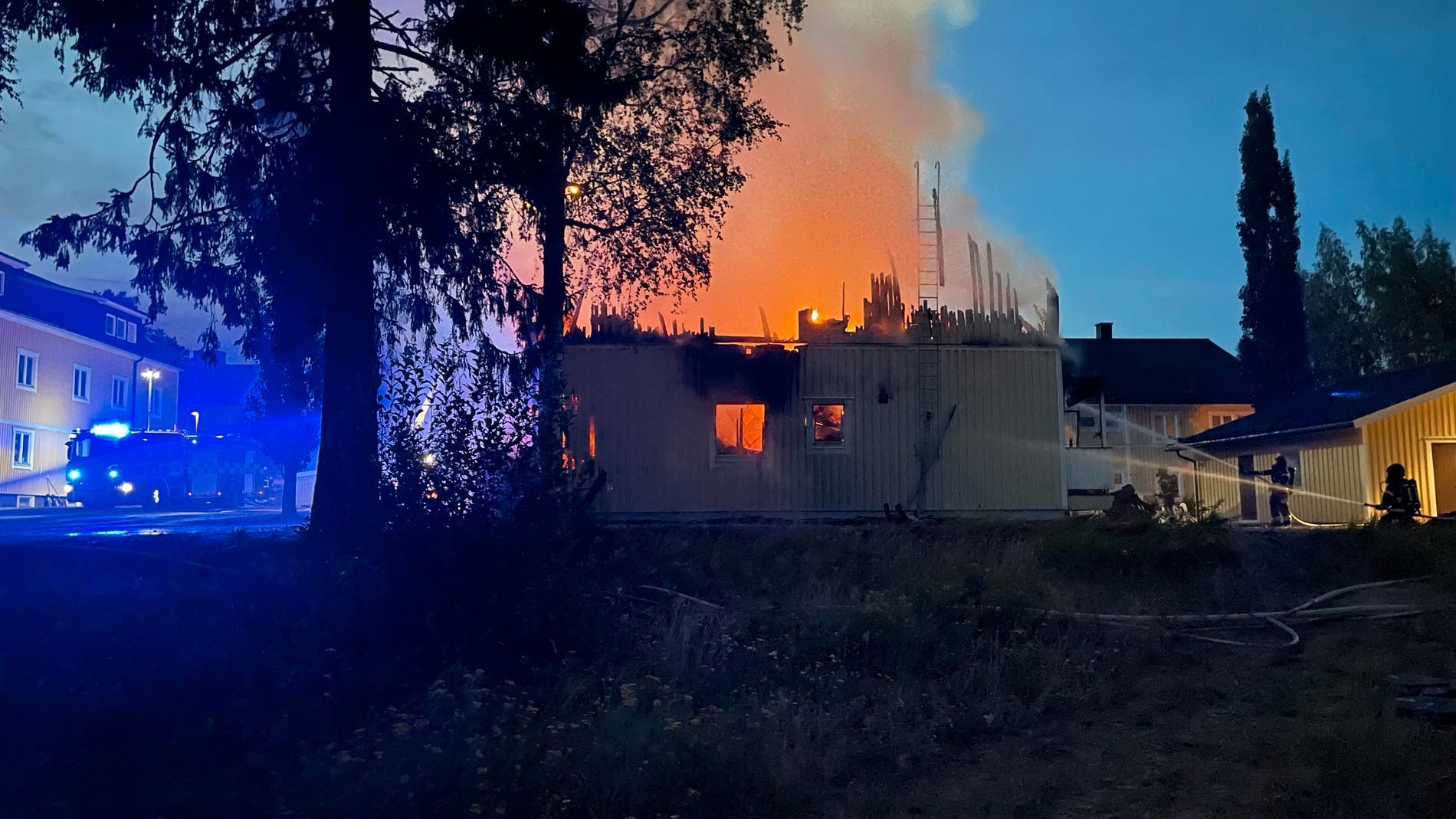 Ett flerfamiljshus i Nordmaling har totalförstörts i en brand.