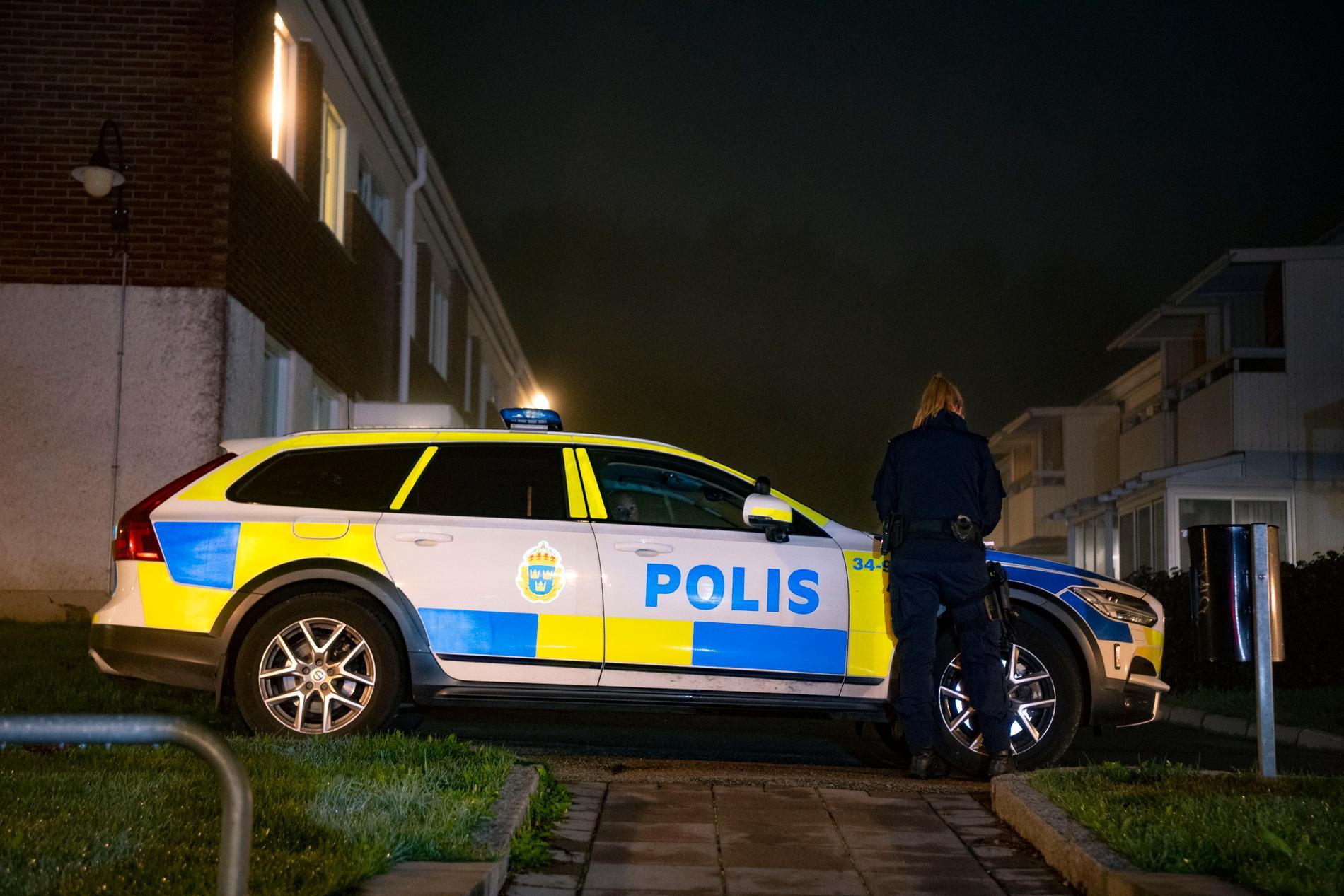 Polis på en av de platser man sökte efter kvinnan under tisdagskvällen.