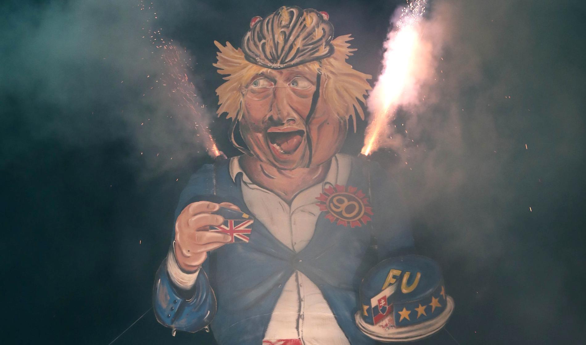 The Edenbridge Bonfire Society brände en 11 meter hög docka av Boris Johnson på Guy Fawkes-Night 2018.