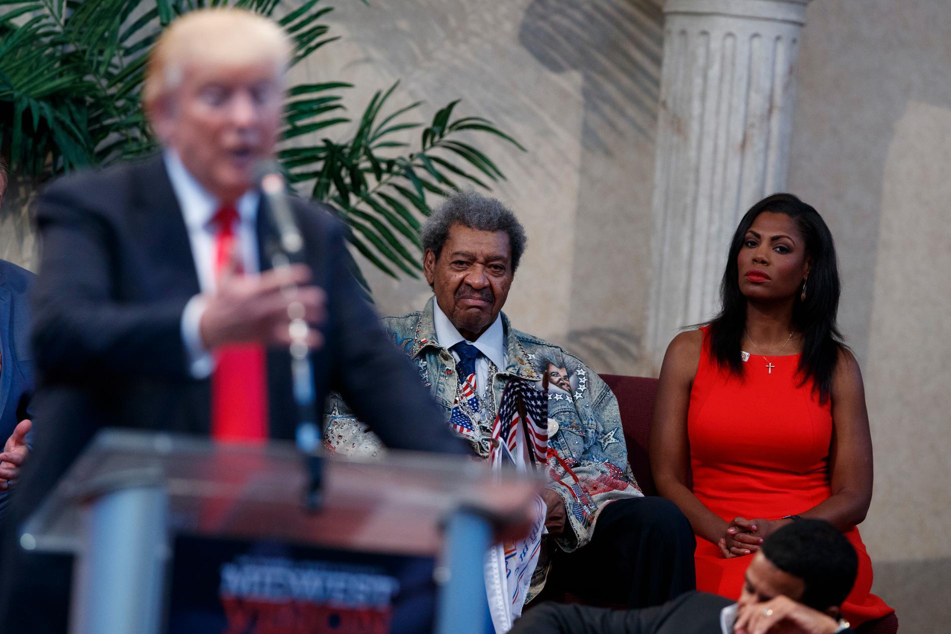 Omarosa Manigault längst till höger intill boxningspromotorn Don King, under ett av Trumps valtal 2016