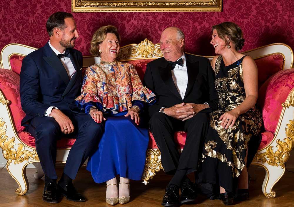 Prinsessan Märtha Louise tillsammans med sin bror Haakon och föräldrarna drottning Sonja och kung Harald.