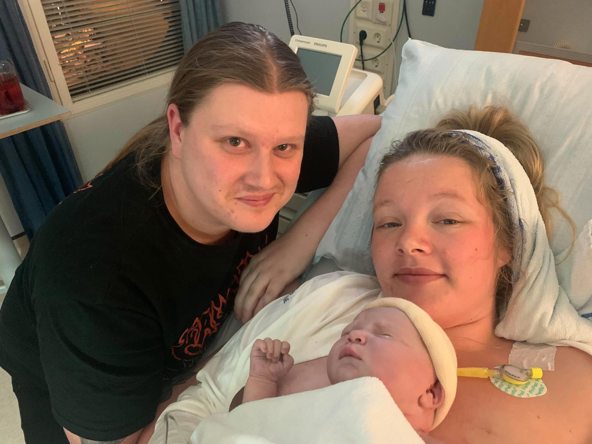 Moa med nyfödda Ella och Filip.