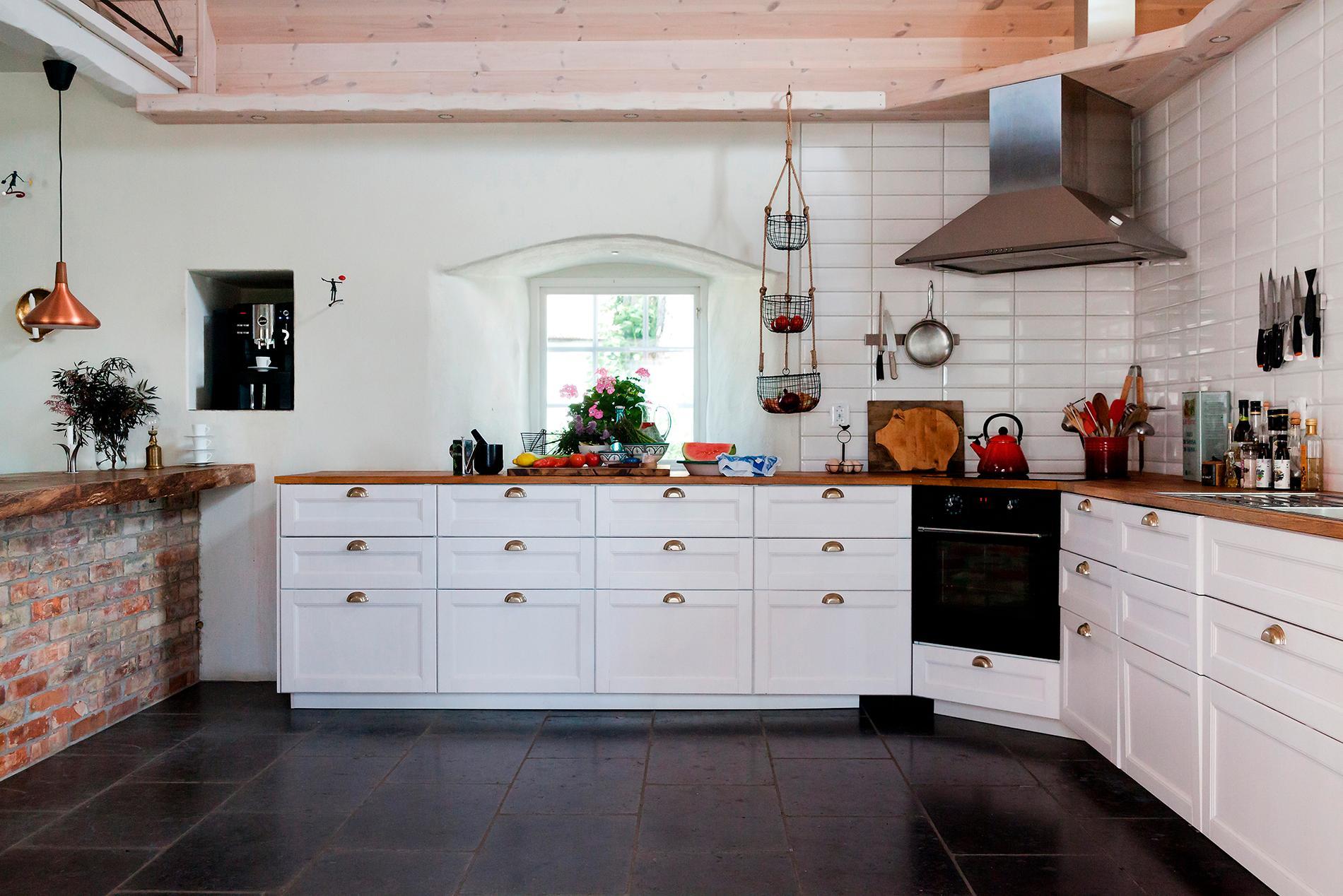 Det rejäla köket är från Ikea. Köksön som murats upp erbjuder extra arbetsyta.