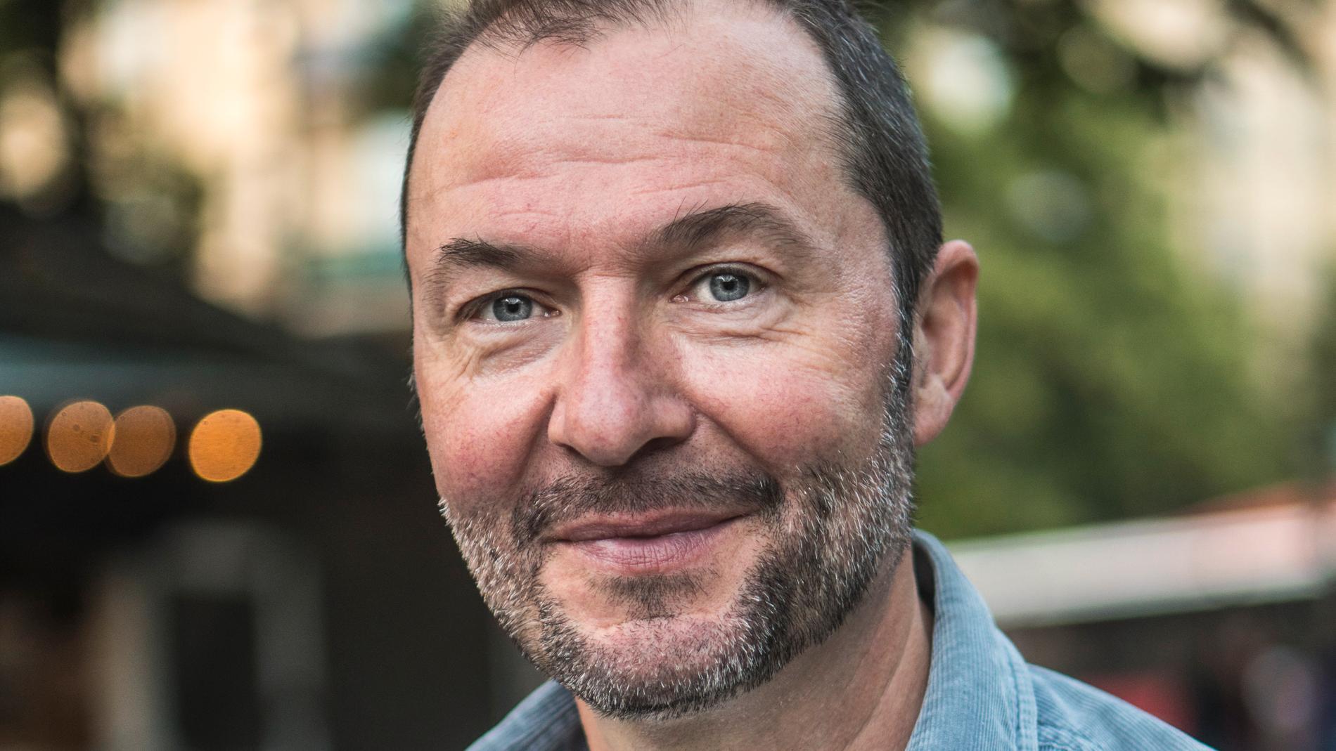 Patriks bror, skådespelaren och komikern Dominik Henzel.