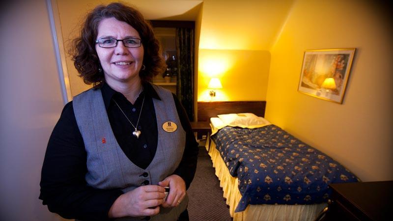 Stina Sjöström, försäljningschef på Grand Hotel i Helsingborg i ett av spökrummen. Här sägs mystiska krafter knuffa flygvärdinnor ur sängarna.