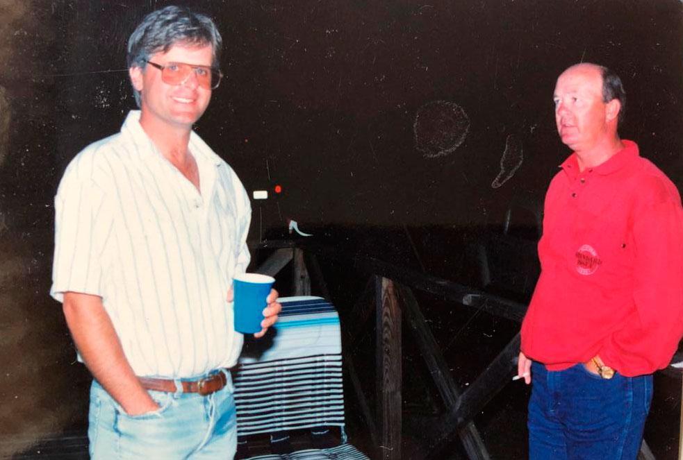 Jerry Riordan på grillfest hos kompisaen Chris Boring, Pine Chips kusk i Elitoppet, vid duellen med Copiad.