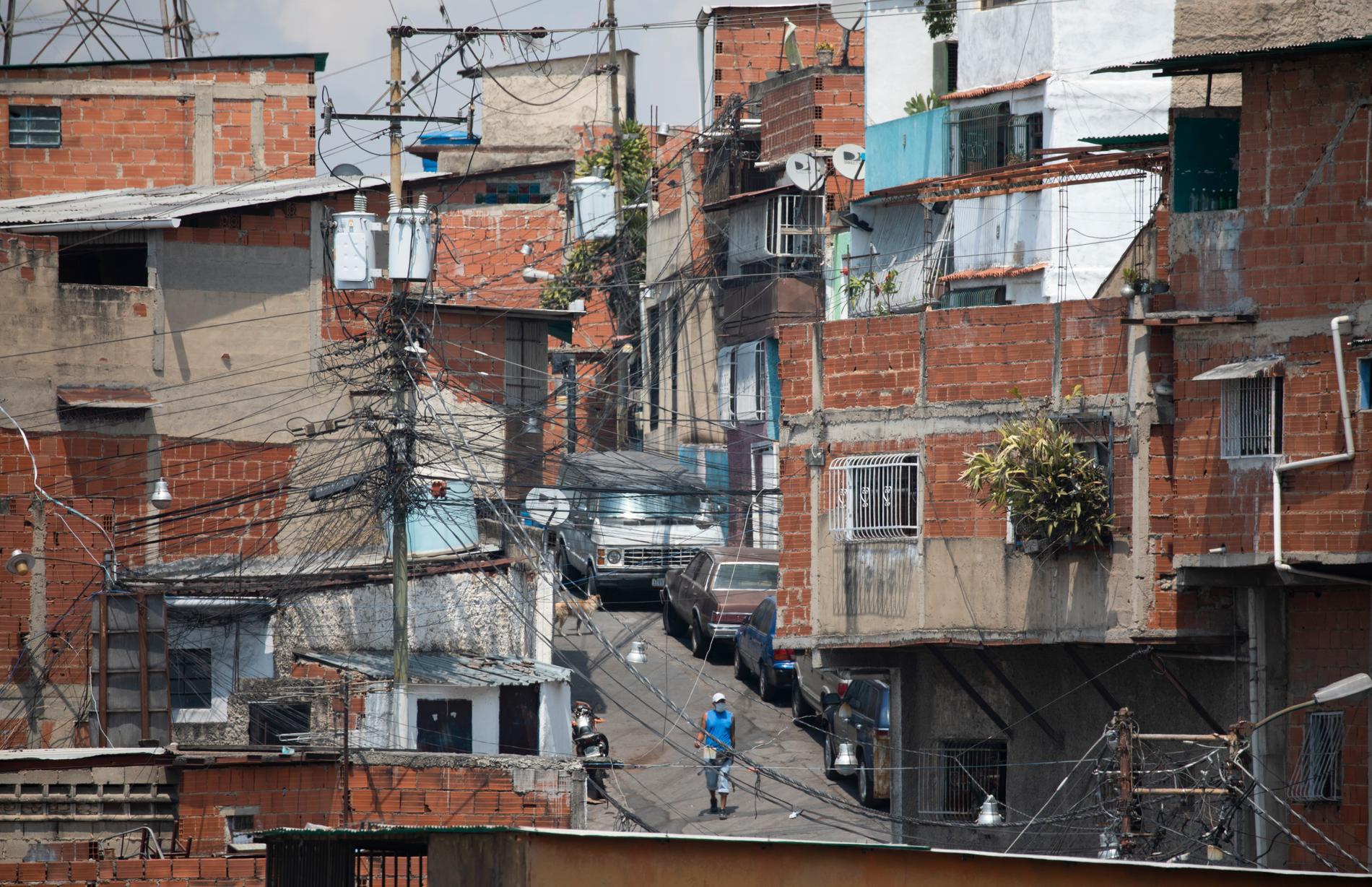 De hårda restriktionerna i Venezuela förlängs med 30 dagar. Här en bild från ett av Caracas slumområden i slutet av april.