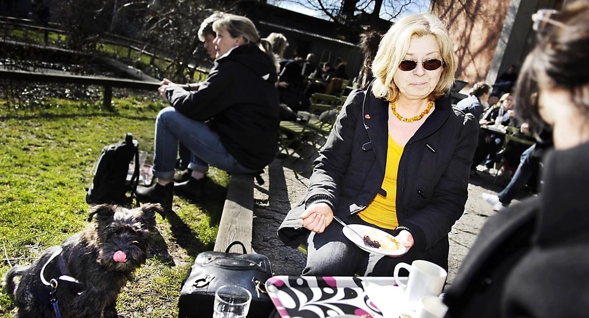 I går njöt Eva Kjäll Stenberg av vårsolen på Djurgården. Annars föredrar hon Gamla stans uteserveringar.