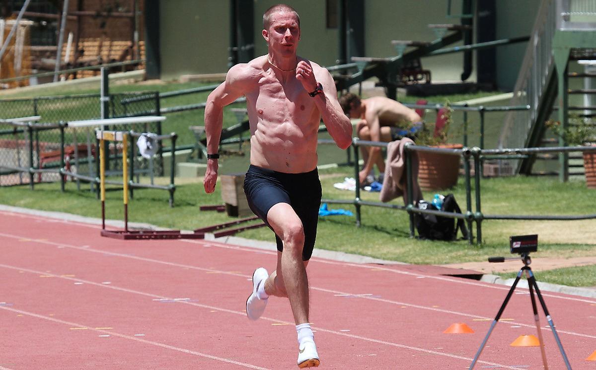 """på plats igen """"Det är så skönt att slippa värma upp i 20 minuter. Här i solen är det mycket mindre risk för skador och mycket lättare att träna, det känns som om det är mindre gravitation"""", säger Christian Olsson som är tillbaka i Stellenbosch för tolfte året."""