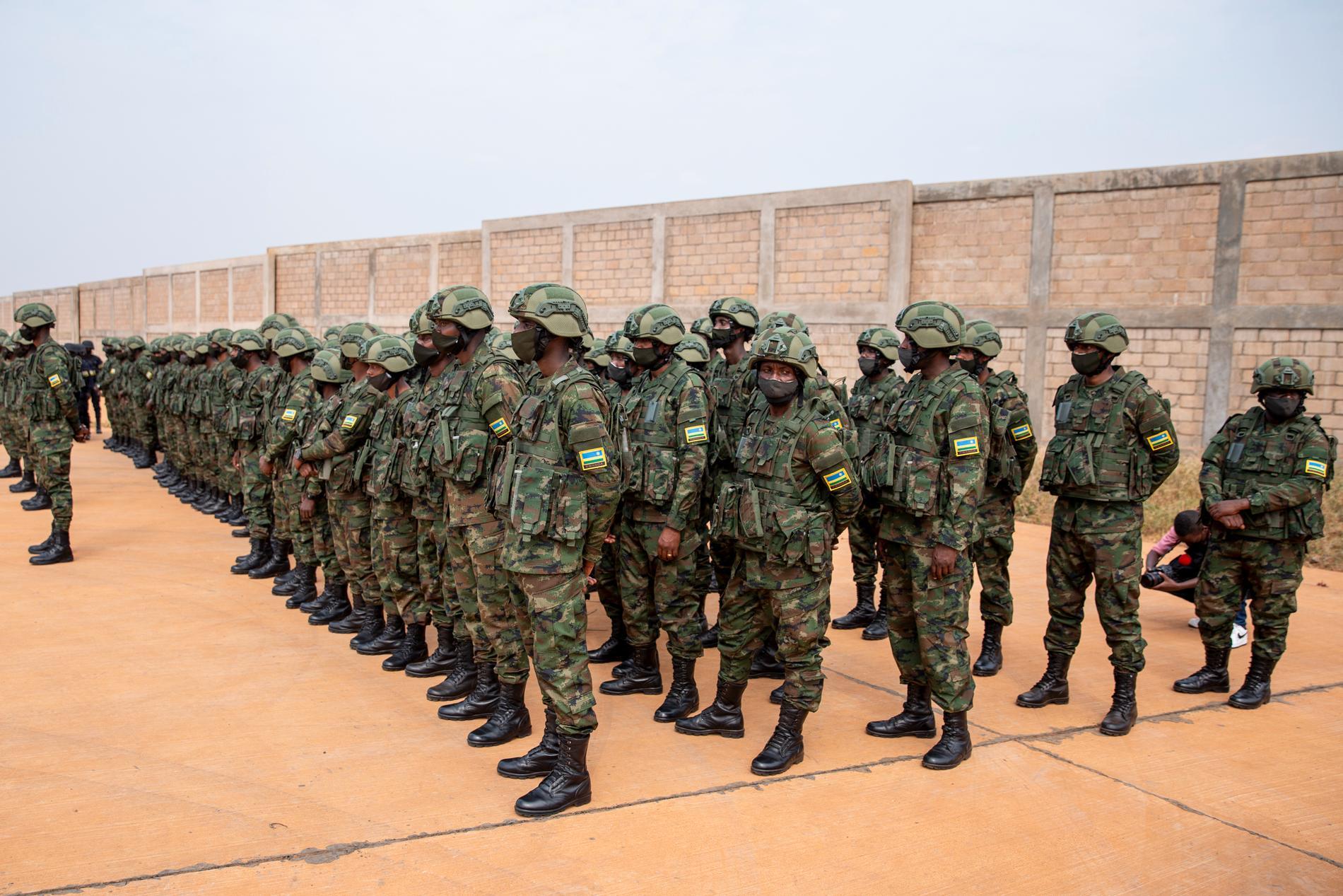Rwandiska soldater inför avresa till Moçambique i den 10 juli. Rwanda har sänt 1000 soldater och poliser till Moçambique för att bekämpa ett jihadistuppror och nu bidrar Sydafrika med ytterligare runt 1500 soldater.