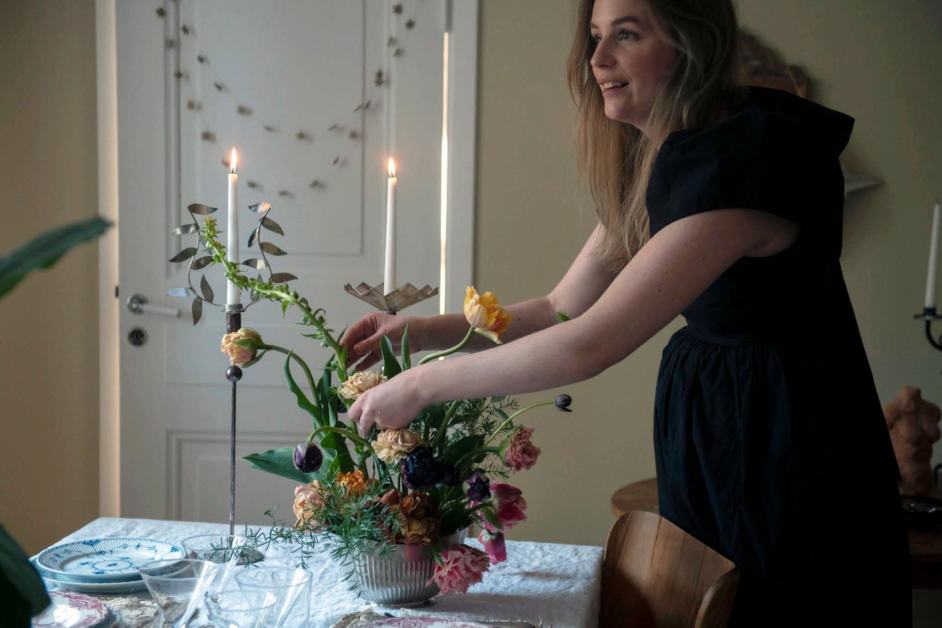 Höga ljus och låga blommor. Det är hemligheten.