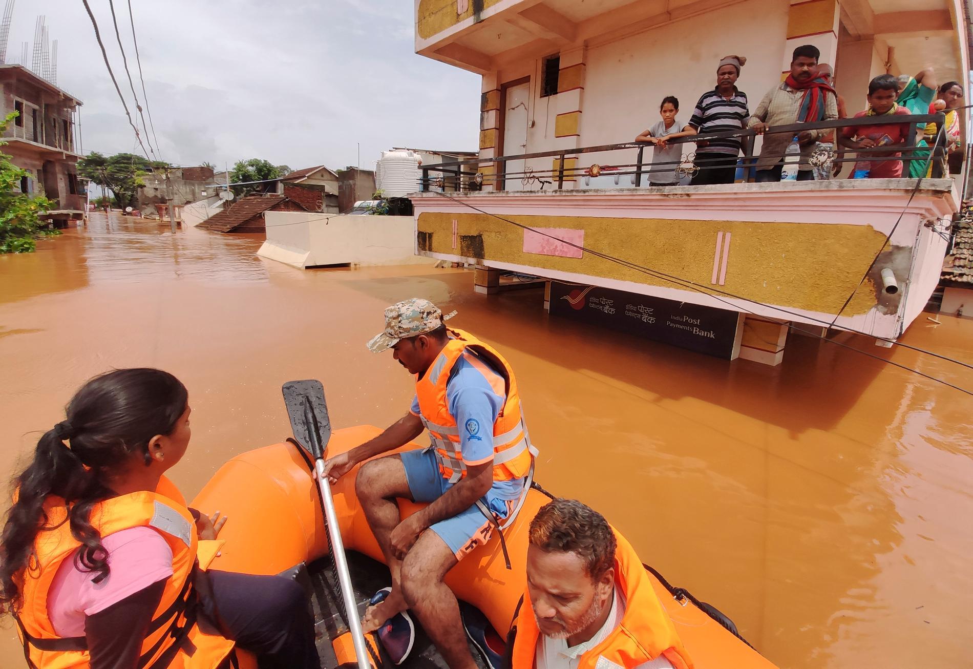 Strandsatta indier i delstaten Maharashtra undsätts med hjälp av gummiflottar i slutet av juli.