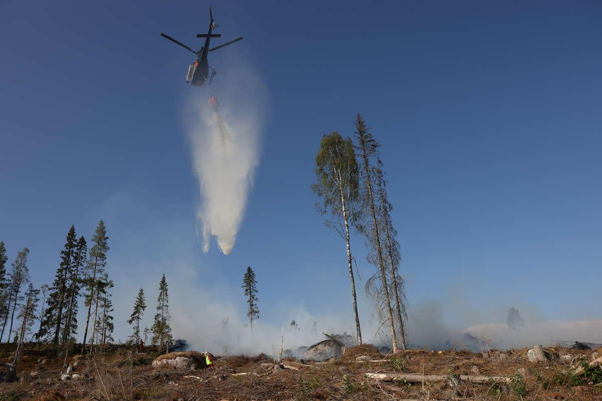 Helikopter hjälper till att släcka branden.