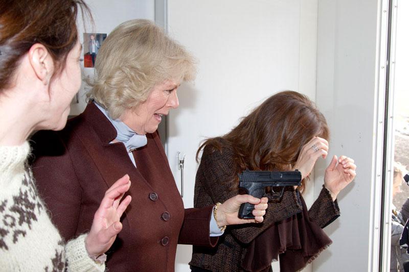 Camilla provar ett replikavapen på inspelningsplatsen.