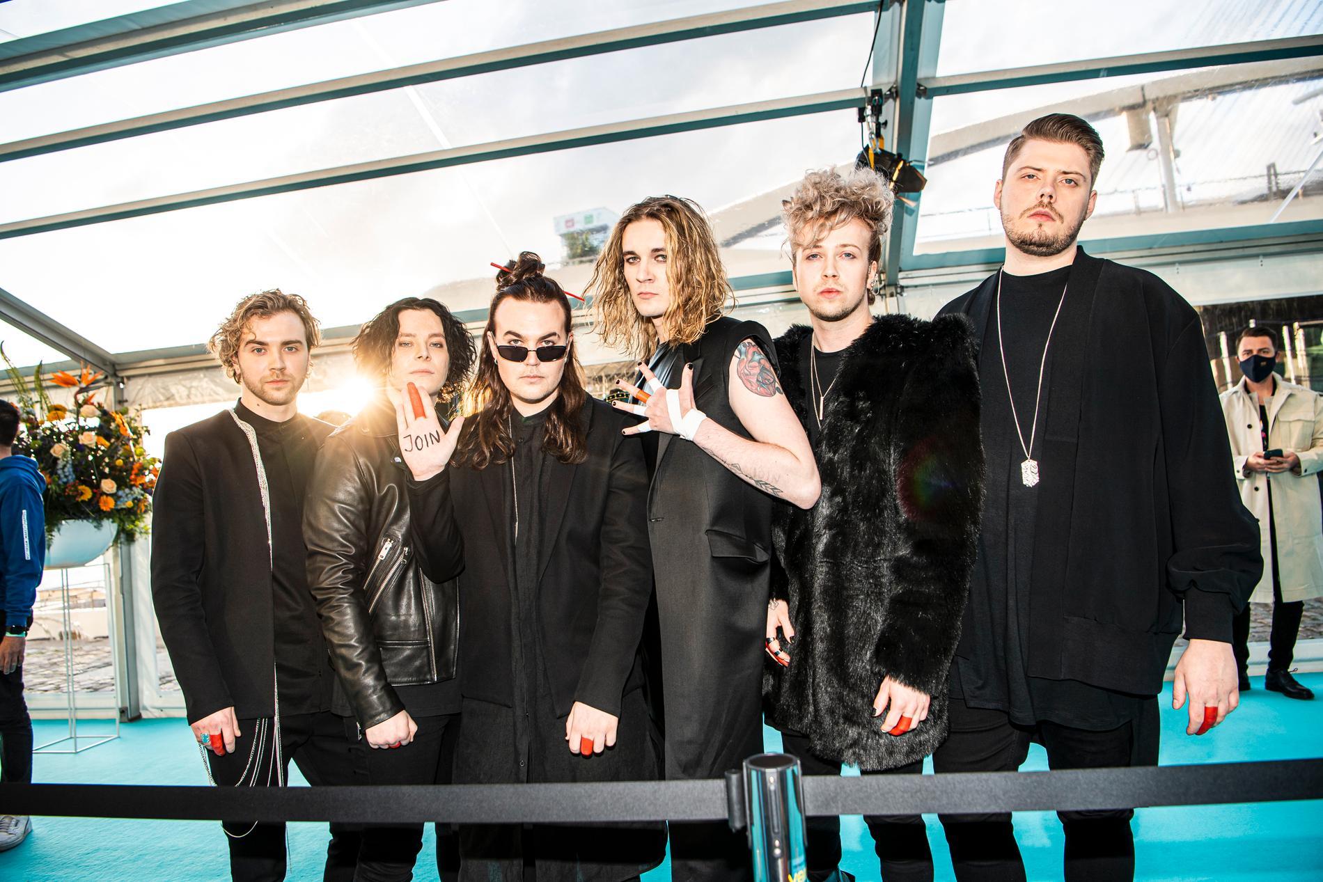 Finska Blind channel har målat sina långfingrar röda eftersom de inte får peka finger på scenen. Sångarna Niko Moilanen och Joel Hokka står i mitten.