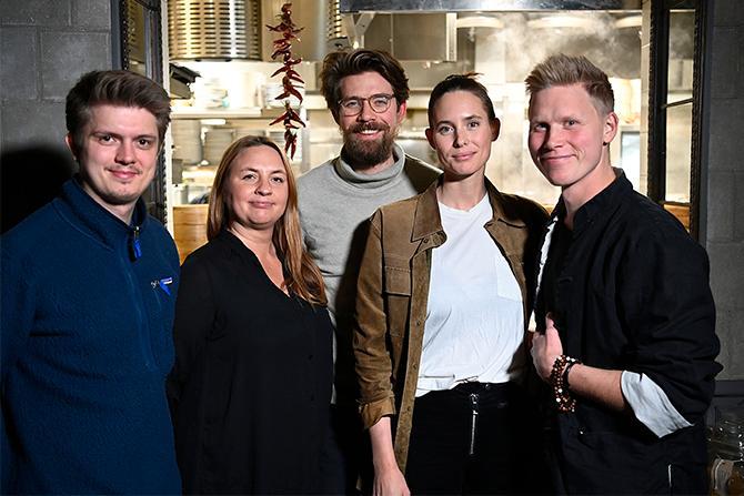 Serverar mat med klimatsmarta smaker. Nilas Corneliussen, Mymlan Isenborg, Adrian Coyet, Elsa Crafoord, Ludde Sääf på restaurang Surfers i Stockholm.