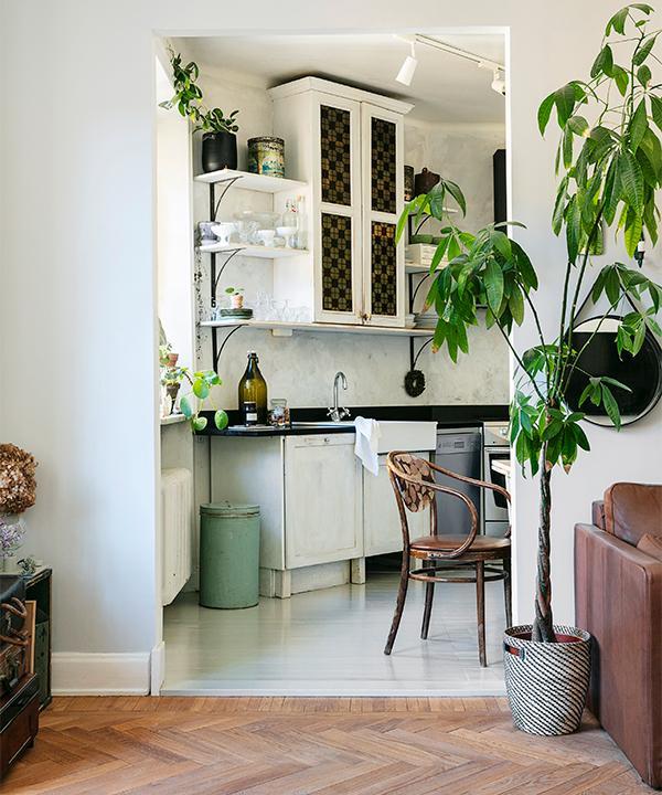 Från vardagsrummet får man en fin glimt in i hemmets kök.