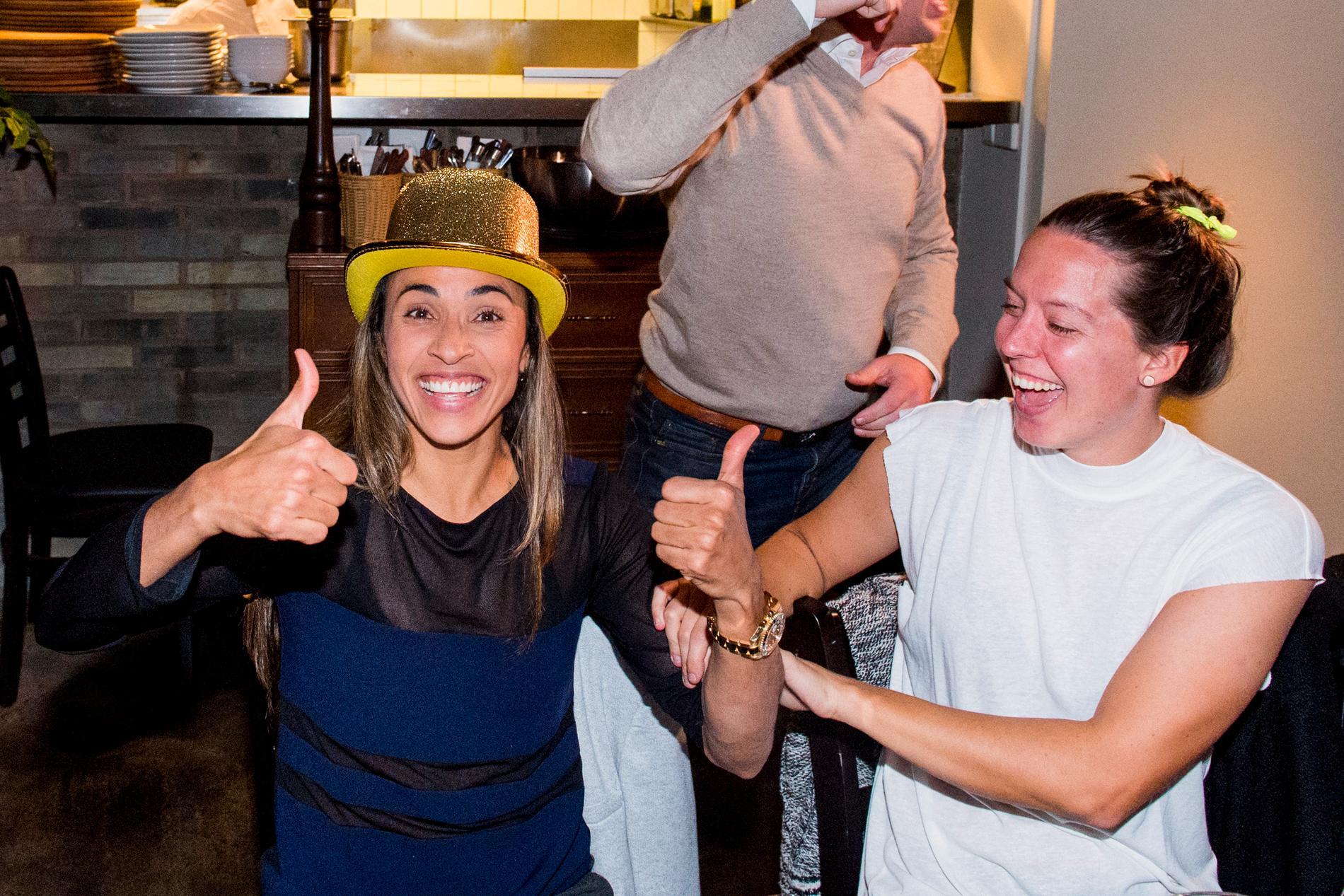 Marta och Lina Nilsson firar SM-guldet 2015 med laget på en krog i Malmö efter fotbollsmatchen i Damallsvenskan mellan FC Rosengård och Linköping.