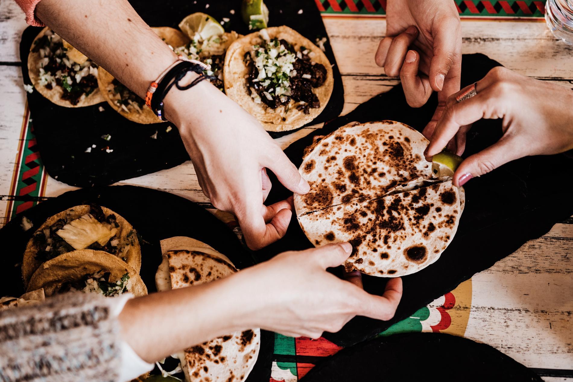 Tacos kan varieras i det oändliga med kött, fågel, fisk, skaldjur, vegofärs eller halloumi.